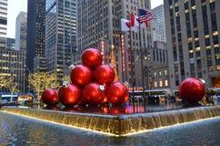 Орнаменты рождества НЬЮ-ЙОРКА CIGiant в центре города Манхаттане 17-ого декабря 2013, Нью-Йорк, США Стоковая Фотография