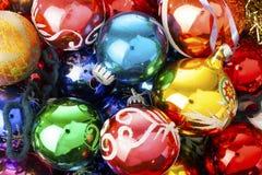 Орнаменты стеклянного шарика безделушки рождества винтажные Голубая желтая, красный, зеленый, розовый, оранжевый, золото, сияющее Стоковая Фотография