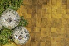 Орнаменты стеклянного шарика на squ твердой древесины предпосылки рождественской елки стоковое изображение