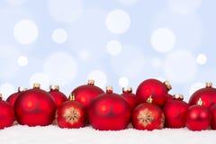 Орнаменты шариков рождественской открытки красные с copyspace Стоковая Фотография