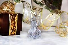 орнаменты handbell рождества ветви коробки шарика рождество украшает идеи украшения свежие домашние к Кристаллический ангел Стоковое фото RF