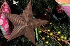 Орнамент звезды олова на рождественской елке Стоковая Фотография RF
