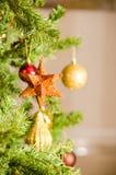 Орнамент звезды рождества на рождественской елке Стоковые Изображения