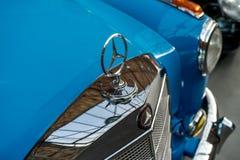 """Орнамент клобука роскошного  """"Ponton†Мерседес-Benz 220S автомобиля, 1956 Стоковое фото RF"""