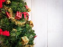 орнамент подарка крупного плана на рождественской елке Стоковые Фотографии RF