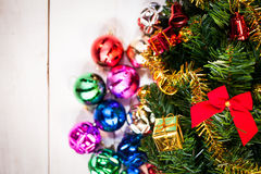 орнамент подарка крупного плана на рождественской елке Стоковое Изображение RF