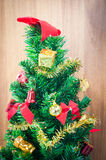 орнамент подарка крупного плана на рождественской елке Стоковое Фото
