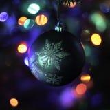 Орнамент праздника рождественской елки на предпосылке красочных светов стоковые изображения rf