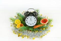 Орнамент рождества или Нового Года часы, елевые ветви, специи, Стоковое Изображение