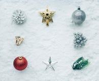 Орнамент рождества на предпосылке снега Для концепций рождества Стоковая Фотография RF
