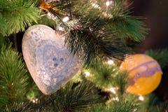 Орнамент рождества сердца на рождественской елке Стоковая Фотография RF