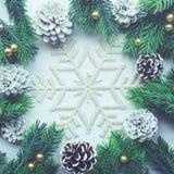Орнамент рождества с ветвью сосны на предпосылке снега Стоковая Фотография
