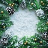 Орнамент рождества с, ветвь сосны и экземпляр размечают предпосылку Стоковое Фото