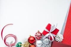 Орнамент рождества установленный на белую предпосылку цвета Для концепций рождества Стоковые Фотографии RF