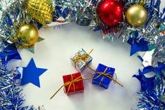 Орнамент рождества в серебре и синь на белой предпосылке Стоковое фото RF