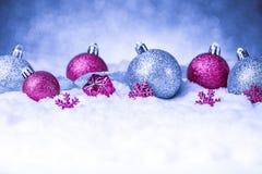 Орнамент рождества в снеге на предпосылке яркого блеска Стоковое фото RF