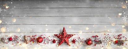 Орнамент рождества в строке на винтажное деревянном Стоковые Изображения