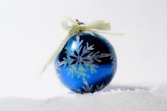 Орнамент рождества стеклянного шарика с смычком Стоковое фото RF