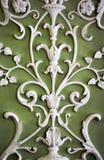 Орнамент флористического гипсолита белый на теплой зеленой стене, абстрактной Стоковые Фото