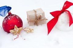 Орнамент шара для игры в гольф и рождества на зеленой траве Стоковые Фотографии RF