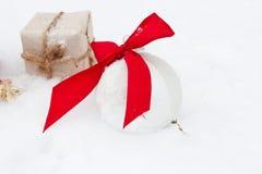 Орнамент шара для игры в гольф и рождества на зеленой траве Стоковое Фото