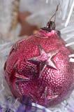 Орнамент шарика винтажного металла белого рождества красный Стоковое Изображение RF