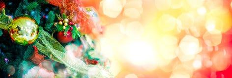 Орнамент шарика золота для рождественской елки Предпосылка украшения Xmas сияющего светлого пирофакела веселая с космосом экземпл Стоковое фото RF