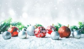 Орнамент шарика рождества на предпосылке снега Для рождества Стоковое Изображение RF