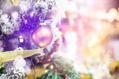 Орнамент шарика смертной казни через повешение золота для рождественской елки Предпосылка украшения Xmas сияющего светлого пирофа Стоковая Фотография RF