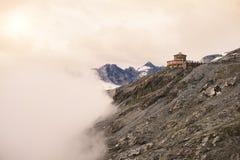 дорога гор ландшафта холма к здание na górze горы и облаков южного Тироля в Италии Дорога пропуска Stelvio Стоковое Изображение