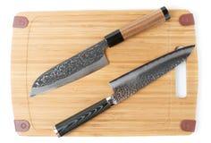 2 дорогих японских ножа на разделочной доске Стоковые Фотографии RF