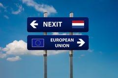 2 дорожного знака, голландского nexit избраний и Европейский союз Стоковое Фото