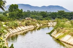 Оросительный канал от запруды bhadra, karnataka стоковое фото rf