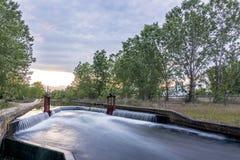 Оросительный канал с замком Zamora, Испанией стоковые фото