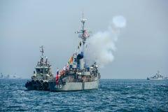 Орудийныйо салют военного корабля военно-морского флота на море в международном обзоре флота Стоковые Изображения RF