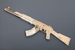 Оружие игрушки деревянное на серой предпосылке стоковая фотография rf