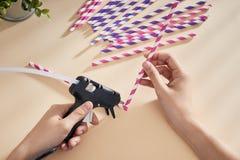 Оружие клея в руке женщины Женщина клеит соломы с оружием клея closeup стоковая фотография rf