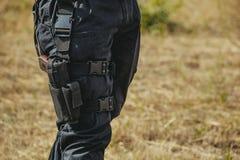Оружие спрятанное в смертной казни через повешение кобуры на soldier& x27; нога s Стоковые Фото