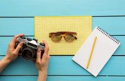 Оружия девушки держа устройство около солнечных очков Стоковая Фотография