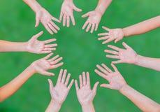 Оружия детей совместно в круге на зеленой предпосылке Стоковые Изображения