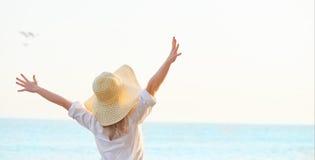 Оружия счастливой женщины стоящие протягиванные назад и наслаждаются жизнью на Стоковые Фото