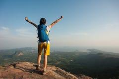 Оружия hiker женщины открытые на верхней части горы Стоковая Фотография RF