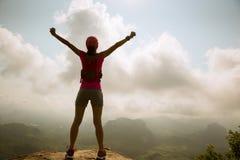 оружия hiker женщины открытые на горе восхода солнца покрывают Стоковое Изображение RF