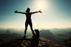 оружия hiker женщины открытые на горе восхода солнца покрывают Стоковая Фотография RF