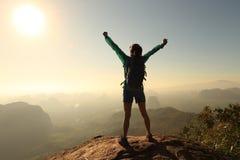 оружия hiker женщины открытые на горе восхода солнца покрывают Стоковые Изображения