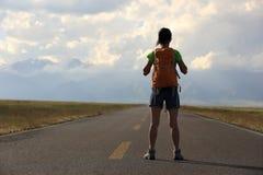 Оружия hiker женщины открытые на красивой горной тропе Стоковое Изображение RF