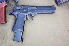 Оружи на таблице Стоковая Фотография