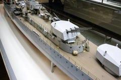 Оружи установили на палубе модельного военного корабля Стоковые Фотографии RF