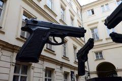 ` Оружи ` установки в дворе музея современного искусства Artbanka Она была создана одним из самое известное современного Стоковая Фотография RF