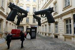 ` Оружи ` установки в дворе музея современного искусства Artbanka Она была создана одним из самое известное современного Стоковое Изображение